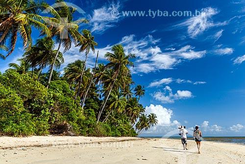 Casal caminhando na orla da Praia de Moreré  - Cairu - Bahia (BA) - Brasil