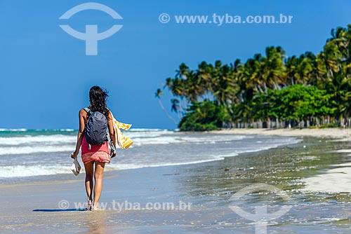 Mulher na orla da Praia de Bainema  - Cairu - Bahia (BA) - Brasil