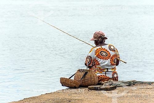 Mulher pescando na Rio de Contas  - Itacaré - Bahia (BA) - Brasil