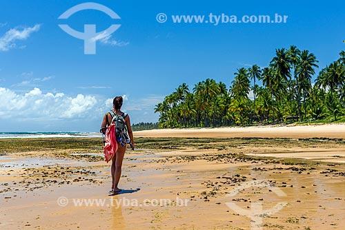 Mulher caminhando na orla da Praia da Bombaça  - Maraú - Bahia (BA) - Brasil