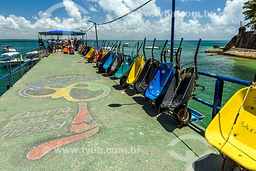 Carinhos de mão usados como táxi - para carregar as bagagens dos turistas - no Porto de Morro de São Paulo  - Cairu - Bahia (BA) - Brasil