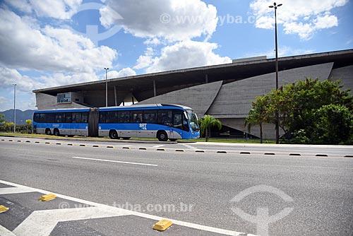 Ônibus do BRT (Bus Rapid Transit) Transcarioca na faixa exclusiva da Avenida Ayrton Senna com a Cidade das Artes ao fundo  - Rio de Janeiro - Rio de Janeiro (RJ) - Brasil