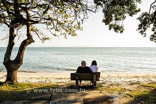 Mãe e filha na orla da Praia de Santo Antônio de Lisboa  - Florianópolis - Santa Catarina (SC) - Brasil
