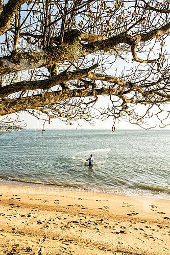 Pescador na orla da Praia de Santo Antônio de Lisboa  - Florianópolis - Santa Catarina (SC) - Brasil