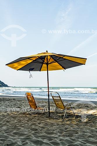 Guarda-sol e cadeiras de praia na Praia Central  - Balneário Camboriú - Santa Catarina (SC) - Brasil