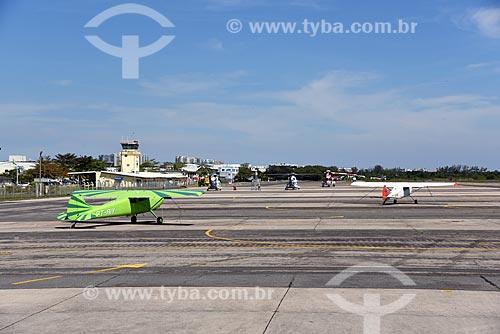 Aviões na pista do Aeroporto Roberto Marinho - mais conhecido como Aeroporto de Jacarepaguá  - Rio de Janeiro - Rio de Janeiro (RJ) - Brasil