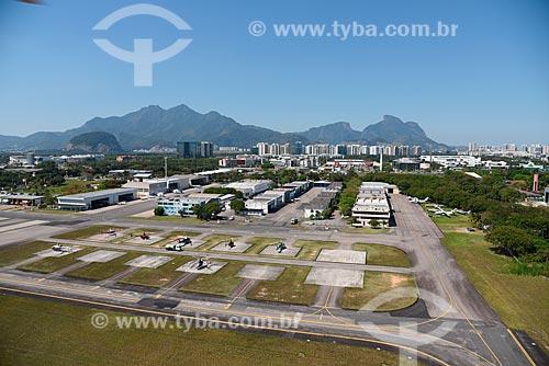 Vista da pista do Aeroporto Roberto Marinho - mais conhecido como Aeroporto de Jacarepaguá - com a Pedra da Gávea ao fundo  - Rio de Janeiro - Rio de Janeiro (RJ) - Brasil