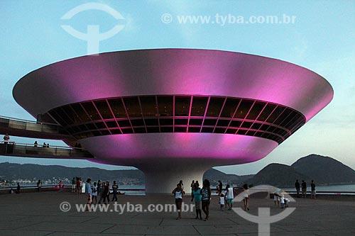 Museu de Arte Contemporânea de Niterói (1996) - parte do Caminho Niemeyer - com iluminação especial - rosa - devido à Campanha Outubro Rosa  - Rio de Janeiro - Rio de Janeiro (RJ) - Brasil