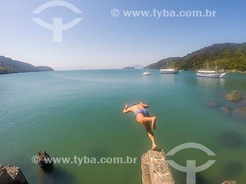 Homem saltando no mar na Praia do Pouso  - Angra dos Reis - Rio de Janeiro (RJ) - Brasil