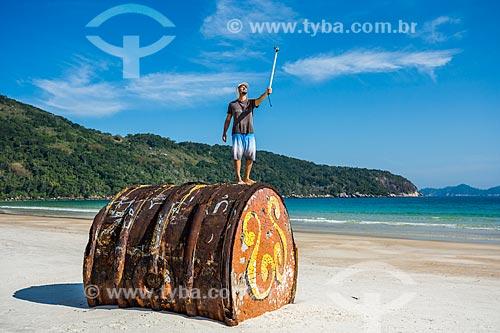 Homem fazendo uma selfie sobre antigo barril de metal encalhado na Praia de Lopes Mendes  - Angra dos Reis - Rio de Janeiro (RJ) - Brasil