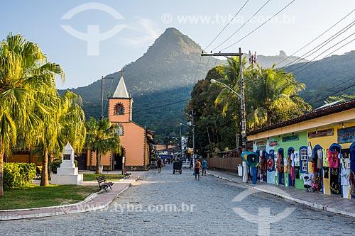 Vista da Igreja de São Sebastião (1863) com o Pico do Papagaio ao fundo  - Angra dos Reis - Rio de Janeiro (RJ) - Brasil