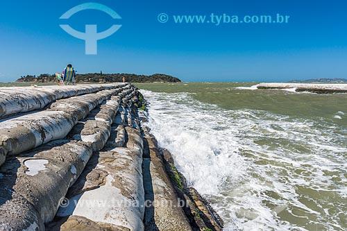 Vista do molhe da Praia Rasa com a Ilha Rasa ao fundo  - Armação dos Búzios - Rio de Janeiro (RJ) - Brasil