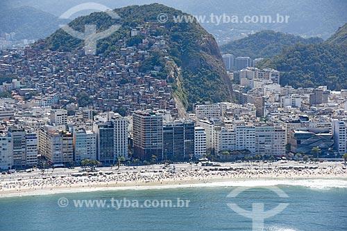 Foto aérea da orla da Praia de Copacabana com a favela do Cantagalo ao fundo  - Rio de Janeiro - Rio de Janeiro (RJ) - Brasil
