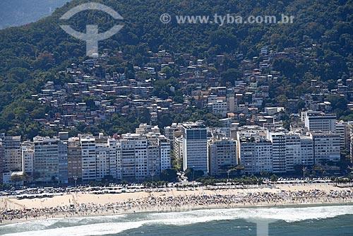 Foto aérea da orla da Praia do Leme com a favela da babilônia  - Rio de Janeiro - Rio de Janeiro (RJ) - Brasil