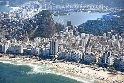 Foto aérea da orla da Praia de Copacabana e da favela do Cantagalo com a Lagoa Rodrigo de Freitas ao fundo  - Rio de Janeiro - Rio de Janeiro (RJ) - Brasil