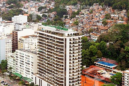 Vista de prédio na orla da Praia do Leme com o Morro Chapéu Mangueira ao fundo  - Rio de Janeiro - Rio de Janeiro (RJ) - Brasil