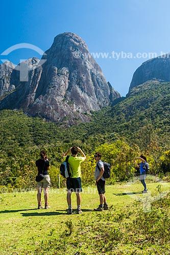 Turistas fotografando os Três Picos de Salinas no Parque Estadual dos Três Picos  - Teresópolis - Rio de Janeiro (RJ) - Brasil