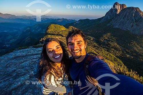 Casal fazendo uma selfie no Parque Estadual dos Três Picos com o Três Picos de Salinas ao fundo  - Teresópolis - Rio de Janeiro (RJ) - Brasil