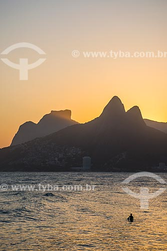 Vista do pôr do sol na Pedra da Gávea e Morro Dois Irmãos a partir da Praia do Arpoador  - Rio de Janeiro - Rio de Janeiro (RJ) - Brasil
