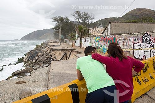 Pessoas observando a destruição no calçadão da Praia da Macumba pelo avanço da maré  - Rio de Janeiro - Rio de Janeiro (RJ) - Brasil