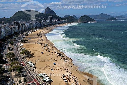 Vista da orla da Praia de Copacabana durante ressaca com o Pão de Açúcar ao fundo  - Rio de Janeiro - Rio de Janeiro (RJ) - Brasil