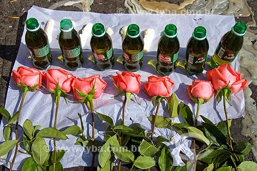 Detalhe de oferenda com 7 garrafas de refrigerante e 7 rosas na Igreja de São Cosme e Damião  - Rio de Janeiro - Rio de Janeiro (RJ) - Brasil