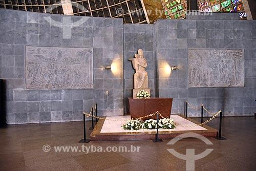 Altar de Nossa Senhora no interior da  Catedral de São Sebastião do Rio de Janeiro com os quadros Batalha das Canoas - à esquerda - e o marco de fundação da cidade - à direita  - Rio de Janeiro - Rio de Janeiro (RJ) - Brasil