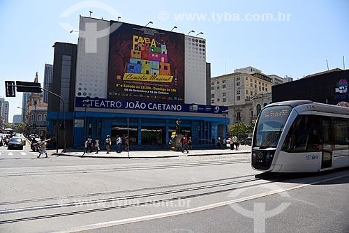 Veículo leve sobre trilhos em frente ao Teatro João Caetano (1813)  - Rio de Janeiro - Rio de Janeiro (RJ) - Brasil