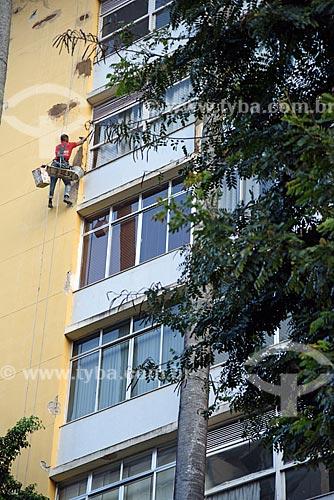 Homem reformando fachada de prédio  - Rio de Janeiro - Rio de Janeiro (RJ) - Brasil