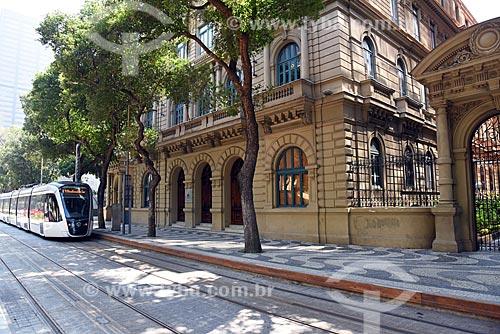 Veículo leve sobre trilhos em frente ao Centro Cultural Justiça Federal  - Rio de Janeiro - Rio de Janeiro (RJ) - Brasil