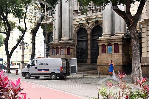 Gari lavando a fachada lateral do Theatro Municipal do Rio de Janeiro  - Rio de Janeiro - Rio de Janeiro (RJ) - Brasil