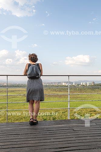 Mulher observando a paisagem a partir do Mirante Jornalista Mário Leme Galvão - mais conhecido como Mirante do Banhado  - São José dos Campos - São Paulo (SP) - Brasil