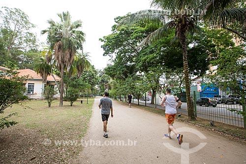 Homens correndo no Parque Vicentina Aranha  - São José dos Campos - São Paulo (SP) - Brasil