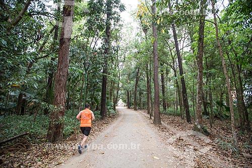 Homem correndo no Parque Vicentina Aranha  - São José dos Campos - São Paulo (SP) - Brasil