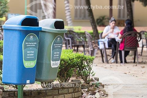 Detalhe de lixeiras para coleta seletiva no Parque Vicentina Aranha  - São José dos Campos - São Paulo (SP) - Brasil