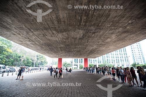 Fila no pátio sob o Museu de Arte de São Paulo (MASP)  - São Paulo - São Paulo (SP) - Brasil