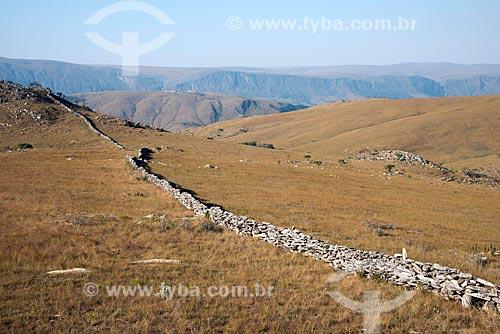 Muro de pedra construído pelos escravos para separar as fazendas de gado na Serra da Babilônia - Complexo da Serra da Canastra - no entorno do Parque Nacional da Serra da Canastra   - São Roque de Minas - Minas Gerais (MG) - Brasil