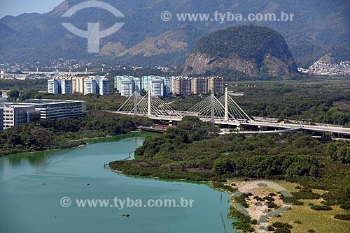 Foto aérea da Lagoa de Jacarepaguá com a Ponte Cardeal Dom Eugênio de Araújo Sales (2013) ao fundo  - Rio de Janeiro - Rio de Janeiro (RJ) - Brasil