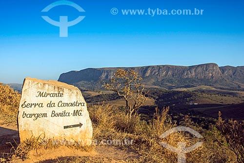 Placa indicando o Mirante Serra da Canastra com chapada no Parque Nacional da Serra da Canastra ao fundo  - São Roque de Minas - Minas Gerais (MG) - Brasil
