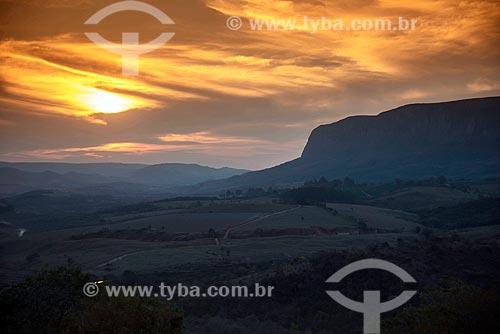 Vista de pôr do sol com chapada do Parque Nacional da Serra da Canastra ao fundo  - São Roque de Minas - Minas Gerais (MG) - Brasil