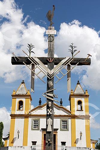 Detalhe de cruzeiro com a Igreja de Nossa Senhora da Penha (1771) ao fundo  - Tiradentes - Minas Gerais (MG) - Brasil