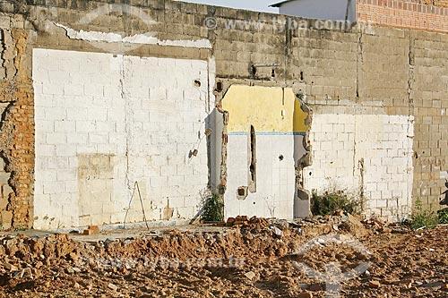 Restos de paredes de uma construção no muro de uma casa  - Guaratinguetá - São Paulo (SP) - Brasil