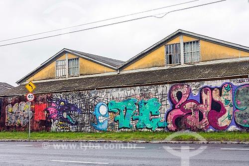 Muro com grafite nos armazéns do Porto de Porto Alegre  - Porto Alegre - Rio Grande do Sul (RS) - Brasil