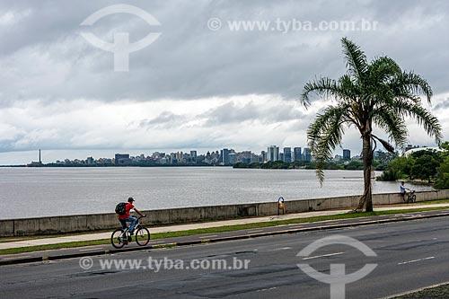 Homem andando de bicicleta na orla do Lago Guaíba  - Porto Alegre - Rio Grande do Sul (RS) - Brasil