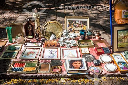 Antiguidades à venda Feira de artesanato do Brique da Redenção - Parque Farroupilha - também conhecido como Parque da Redenção  - Porto Alegre - Rio Grande do Sul (RS) - Brasil