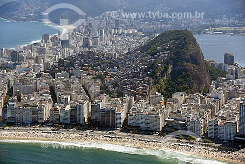 Foto aérea da orla da Praia de Copacabana com o Morro do Cantagalo e a Praia de Ipanema ao fundo  - Rio de Janeiro - Rio de Janeiro (RJ) - Brasil