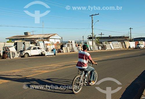 Ferro-velho à venda às margens da Rodovia Newton Penido (MG-050)  - Itaú de Minas - Minas Gerais (MG) - Brasil