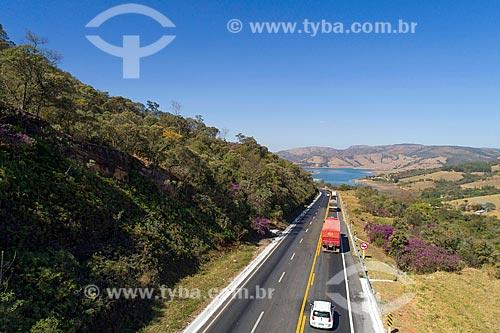 Foto feita com drone da Rodovia Newton Penido (MG-050) com a Represa de Furnas ao fundo  - Capitólio - Minas Gerais (MG) - Brasil