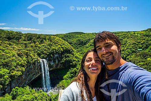 Casal fazendo uma selfie com a Cascata do Caracol ao fundo  - Canela - Rio Grande do Sul (RS) - Brasil