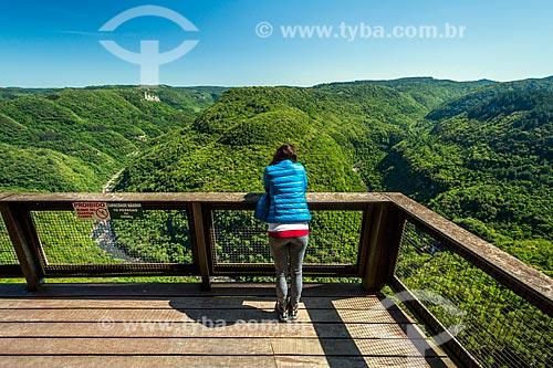 Turista observando a paisagem a partir do mirante do Parque da Ferradura  - Gramado - Rio Grande do Sul (RS) - Brasil